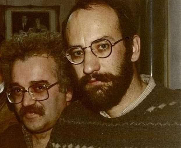 Ο Κωστής Παπαγιώργης (πίσω) με τον ποιητή Γιάννη Πατίλη, εκδότη του περιοδικού «Πλανόδιον». Ο Παπαγιώργης είχε συνεργαστείμε το περιοδικό υπογράφοντας, με ψευδώνυμο, σημαντικά κριτικά κείμενα