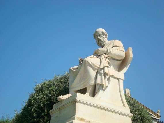 Ανδριάντας του Πλάτωνα μπροστά από το Μέγαρο τη Ακαδημίας Αθηνών, έργο των Λεωνίδα Δρόση και Attilio Picarelli.