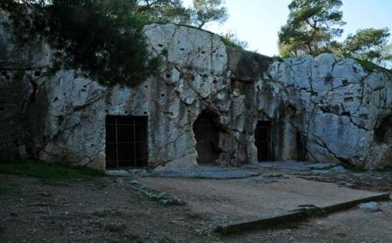 Οι φυλακές Φιλοπάπου, όπου κρατήθηκε ο Σωκράτης μετά τη δίκη του και μέχρι την εκτέλεσή του. (Πηγή)
