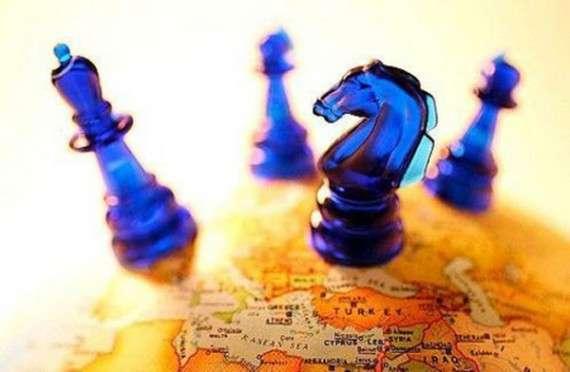 Σε μία ρευστή κοινωνική πραγματικότητα και σε μια κοινωνία εθισμένη στις ξένες επεμβάσεις, η σύνδεση με τα συμφέροντα της μίας ή της άλλης δύναμης μεταβάλλεται μάλλον σε κανονικότητα.