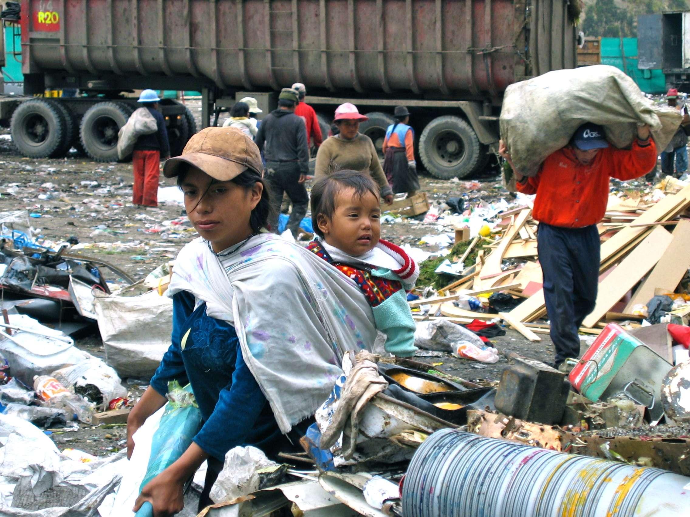 Άνθρωποι ψάχνουν στα σκουπίδια