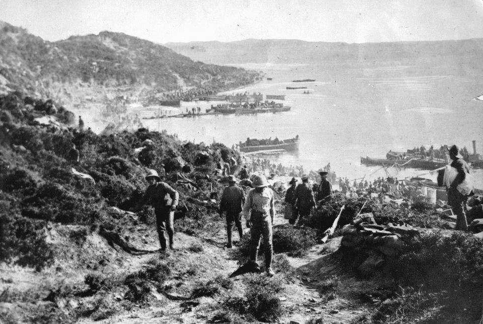 Νεοζηλανδοί και Αυστραλοί στρατιώτες αποβιβάζονται στον κόλπο των ANZAC