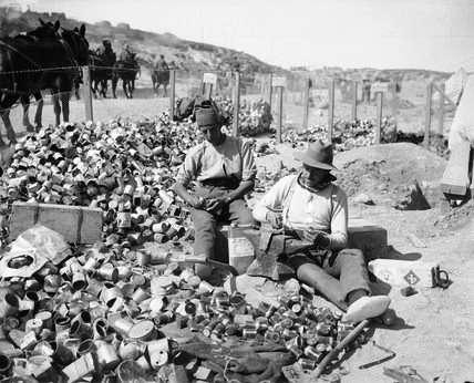 Βρεττανοί στρατιώτες κατασκευάζουν αυτοσχέδιες χειροβομβίδες από άδειες κονσέρβες