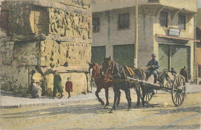 Μεταφορέας με το κάρο του μπροστά από την Καμάρα της Θεσσαλονίκης