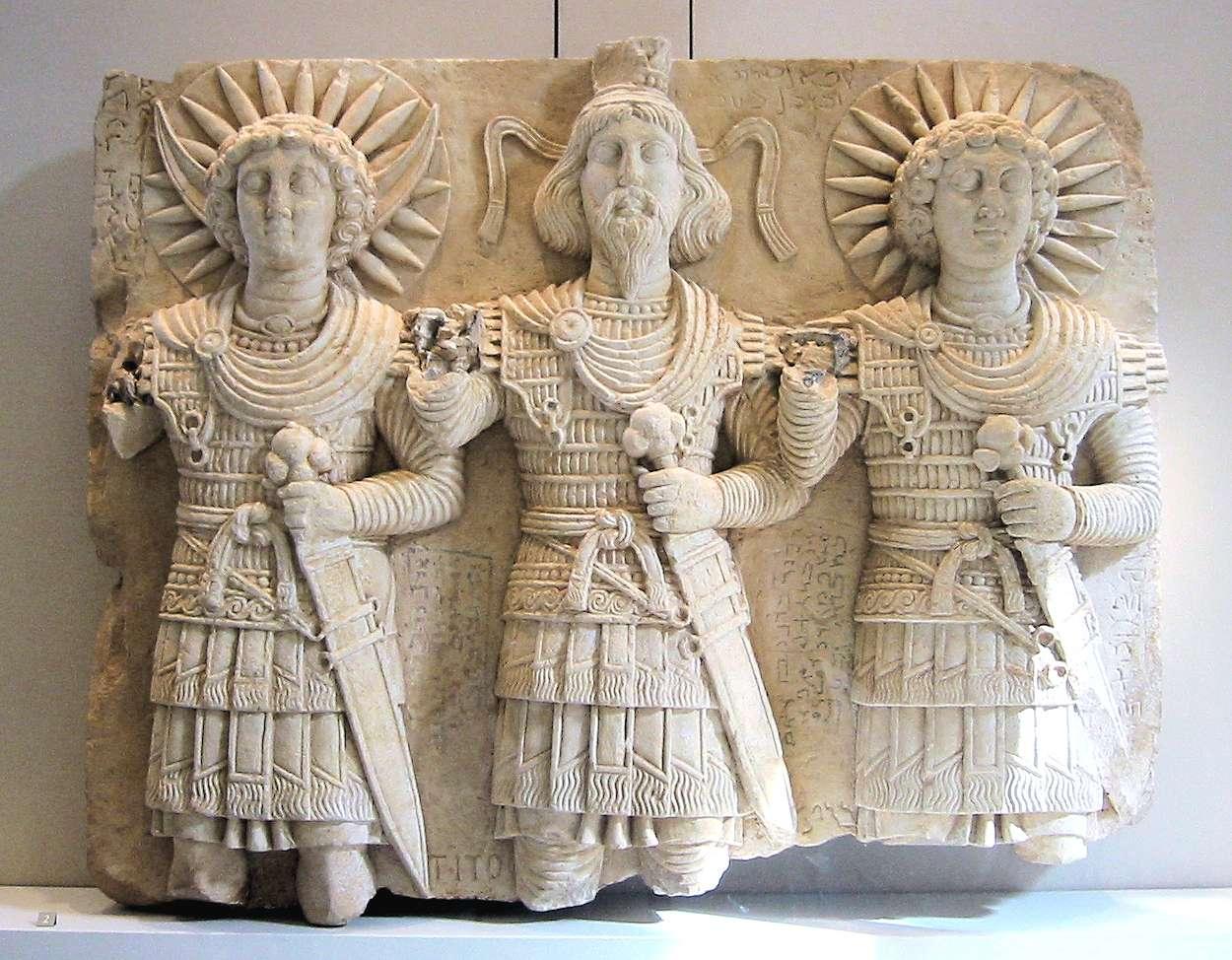 Θεότητες που λατρεύονταν στην Παλμύρα. Από αριστερά: ο σεληνιακός θεός Aglibol, ο υπέρτατος θεός Beelshamen και ο ηλιακός θεός Malakbel. 1ος αι. μ.Χ., Μουσείο του Λούβρου.