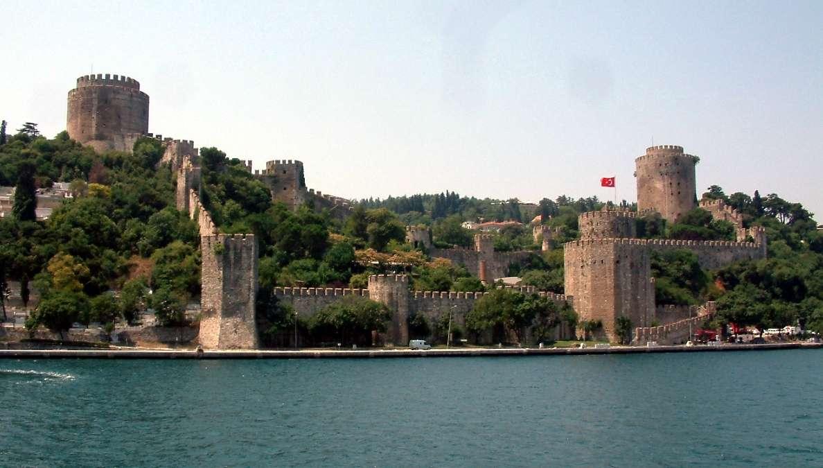 To Ρούμελι Χισάρ (τουρκ. Rumeli Hisar) ή Κάστρο της Ρούμελης, χτίστηκε το 1452 από τον σουλτάνο της Οθωμανικής Αυτοκρατορίας Μωάμεθ Β' τον Πορθητή και διαδραμάτισε σημαντικό ιστορικό ρόλο στο γεγονός της κατάκτησης της Κωνσταντινούπολης που ακολούθησε το επόμενο έτος.