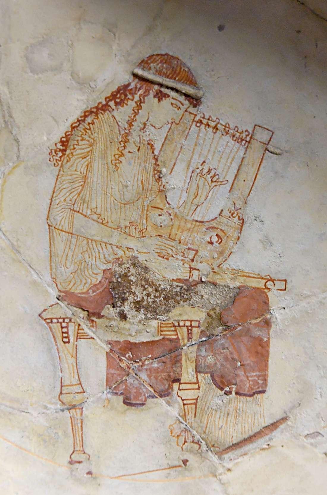 Μούσα που κουρδίζει την κιθάρα της. Εσωτερικό κυπέλλου από την Ερέτρια, περ. 470-460 π.Χ., Λούβρο