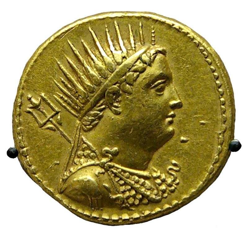 Χρυσό οκτάδραχμο του Πτολεμαίου Γ', το οποίο εξέδωσε ο γιος του, Πτολεμαίος Δ', προς τιμήν του θεοποιημένου πατέρα του