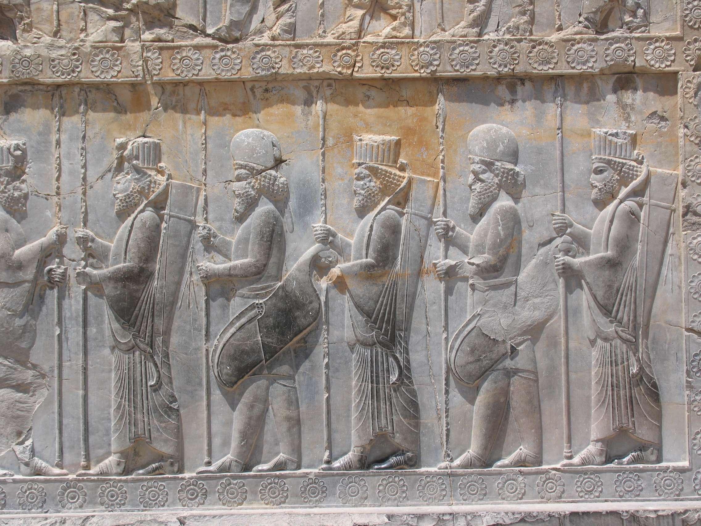 Αρχαίοι Πέρσες στρατιώτες. Bas-reliefs of Persian soldiers together with Median soldiers are prevalent in Persepolis. The ones with rounded caps are Median.
