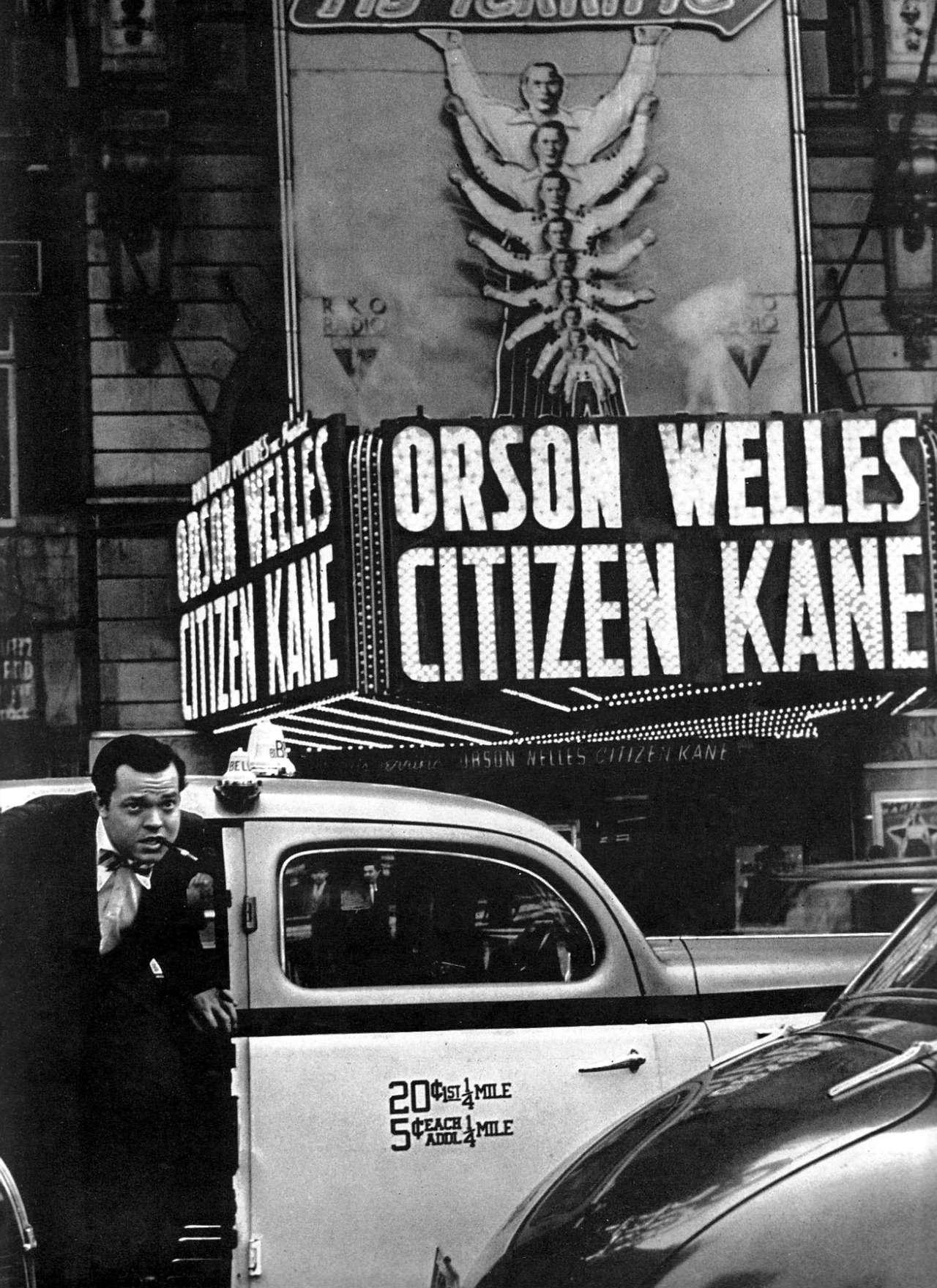 Ο Orson Welles έξω από σινεμά που παίζει την ταινία του
