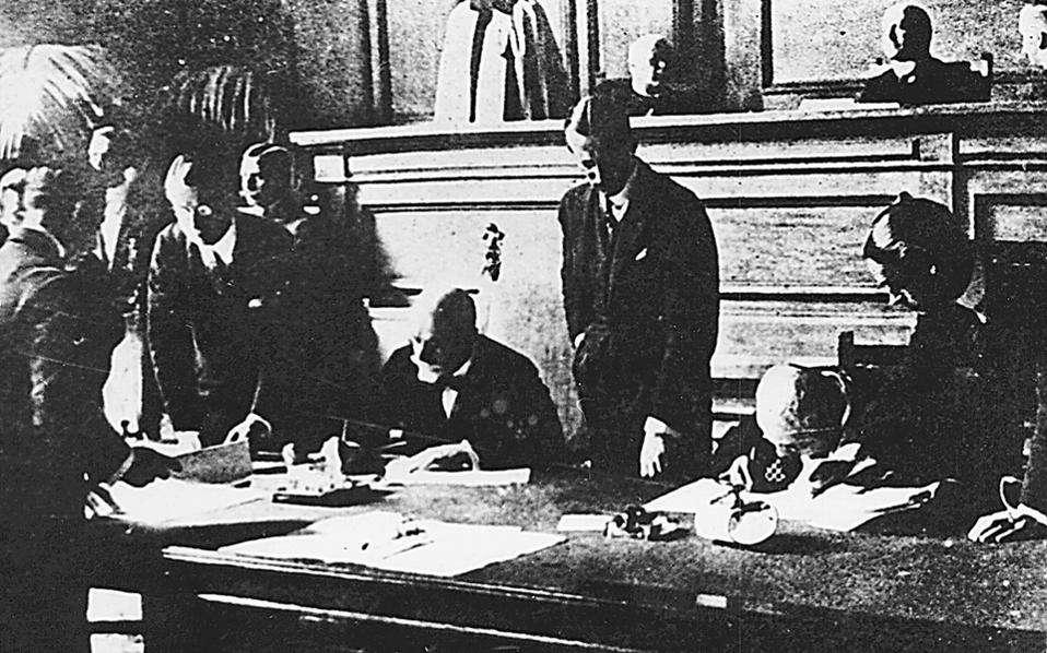 24 Ιουλίου 1923. Ο Ελευθέριος Βενιζέλος υπογράφει τη Συνθήκη της Λωζάννης.