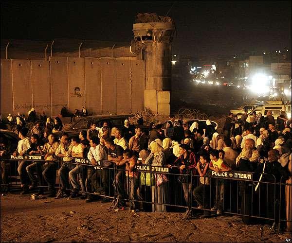 Τα «θύματα των θυμάτων» όπως χαρακτηρίζει τους ομοεθνείς του ο Said, σε ουρές αναμονής Ισραηλινού σημείου ελέγχου