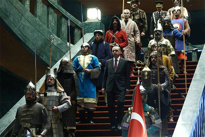 Τον τελευταίο καιρό, η διεθνής σκηνή παρακολουθεί έκπληκτη τον πρόεδρο της Τουρκίας Ταγίπ Ερντογάν να μεθοδεύει συστηματικά, ανοικτά και απροκάλυπτα την εκτροπή του πολιτεύματος στη γείτονα χώρα.