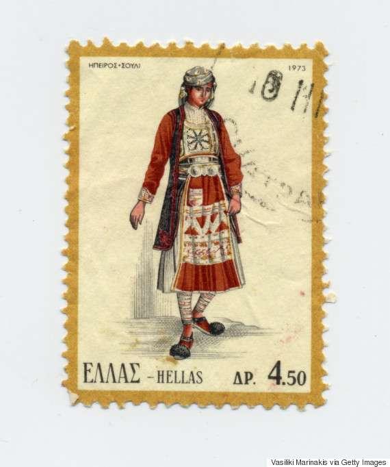 Γυναικεία φορεσιά του Σουλίου (1973). Συχνά εμφανίζεται με το όνομα καφτάνια, λόγω του καφτανιού, που είναι βασικό στοιχείο της φορεσιάς. Τα κύρια μέρη της φορεσιάς είναι: η φανέλλα, το πουκάμισο, το μισοφόρι, το μισοφούστανο, η φουστάνα, το καφτάνι, το ζουνάρι, η ζούνα, η ποδιά, τα τσουράπια και τα καντούρια.