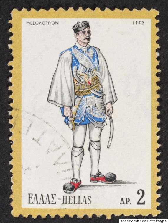 Αντρική φορεσιά των Αρματωμένων του Μεσολογγίου (1972). Η πρώτη και παλιότερη ενδυμασία των αντρών αποτελούνταν από το αντερί, τη φλοκάτα και το φέσι. Το αντερί είδος ριχτού αντρικού φορέματος με μανίκια ήταν ανοιχτό μπροστά, αλλά κούμπωνε στο πλάι με μια ζάβα, όμοιο με το σημερινό μεσοφόρι των παπάδων.