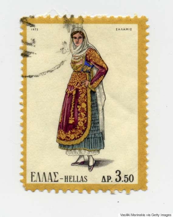Γυναικεία φορεσιά Σαλαμίνας (1973). Η Σαλαμίνα ακολούθησε την εξέλιξη της μεγαρίτικης φορεσιάς. Η παλιά τους φορεσιά ήταν με κεντημένα πουκάμισα και με μάλλινα σεγκούνια, όπως σε Αθήνα και Τανάγρα. Κρατήθηκε μόνον ο παλιός στολισμός του κεφαλιού.