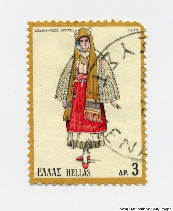 Γυναικεία φορεσιά Νισύρου (1972). Η Nισύρικη στολή έρχεται απευθείας από τα χρόνια του Βυζαντίου και θυμίζει ένδυμα της Θεοδώρας. Το κόκκινο υπάρχει επειδή στην αρχαιότητα η Νίσυρος ονομαζόταν «Πορφυρίς», όνομα παρμένο από τα κοχύλια, τις πορφύρες.
