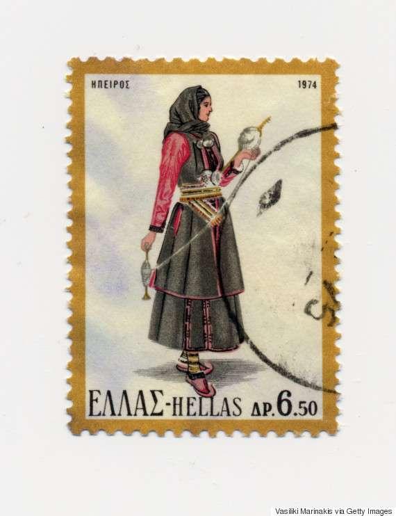 Γυναικεία φορεσιά Ηπείρου (1974). Αντικατοπτρίζει τα αυστηρά ήθη και τις παραδόσεις της κλειστής κοινωνίας των Ηπειρωτών. Αποτελείται από το σιγκούνι, το πουκάμισο, τη φούστα, τη ποδιά και το μαντήλι.