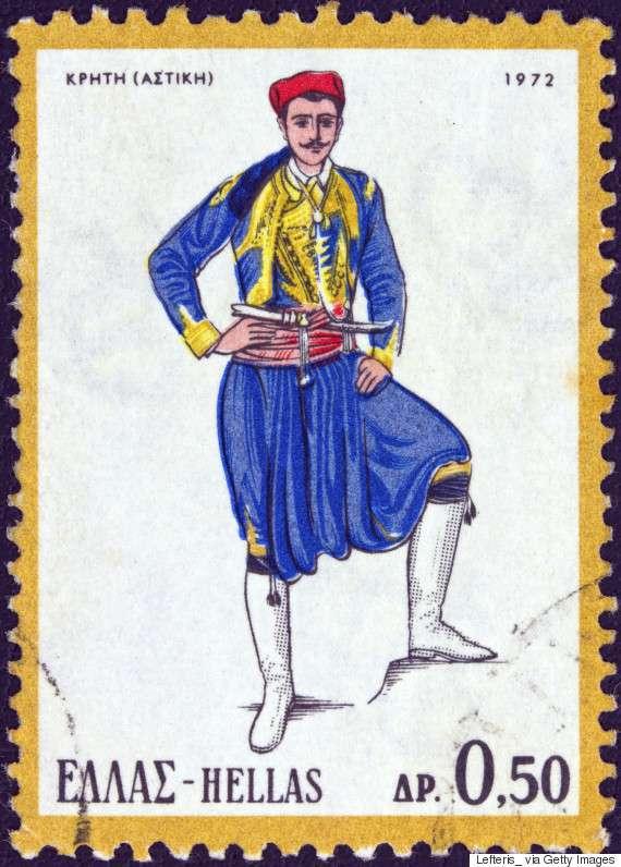 Αστική, αντρική φορεσιά της Κρήτης (1972). Οι άνδρες φορούν βράκα με σαλβάρια, τον επενδυτή, γελέκο, μεϊντάνι, ζώνη, καρτσόνια και καπότο, καθώς και ασημένιο μαχαίρι στη μέση, βουργίδι και κρατούν κατσούνα.