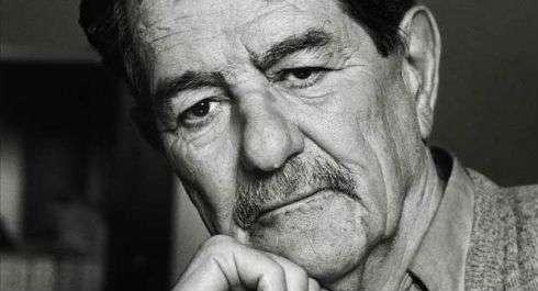 O Κώστας Αξελός γεννήθηκε στην Αθήνα το 1924.