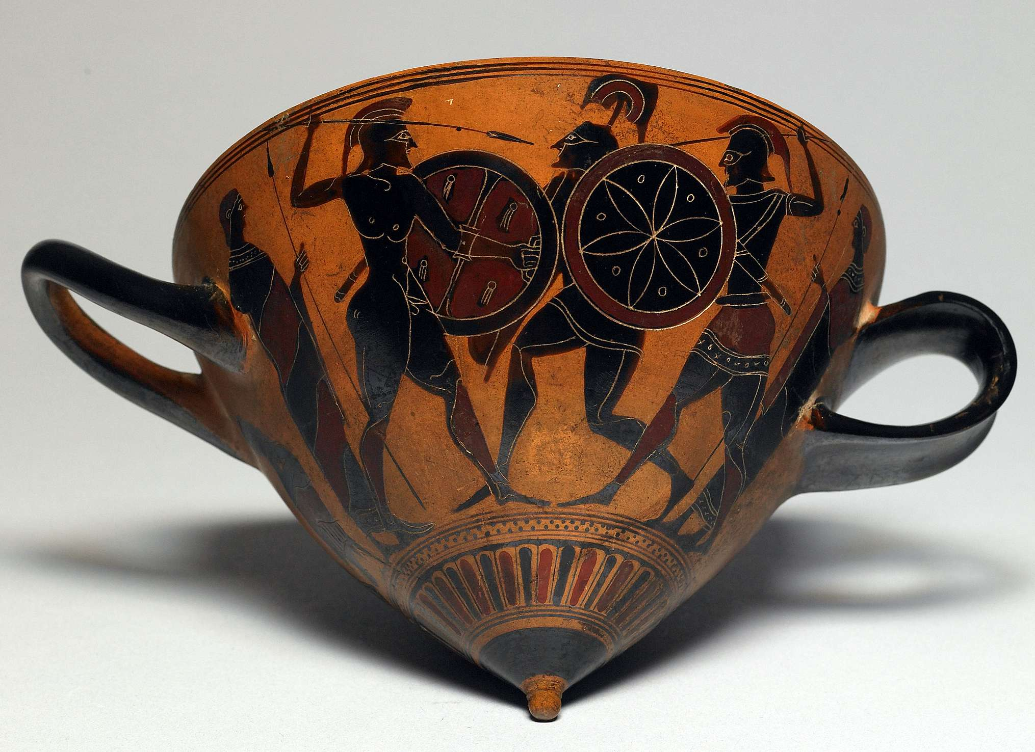 Εφυαλωμένο κεραμικό με παράσταση αρχαίων πολεμιστών. Dueling Warriors, ca. 530 BCE. Glazed ceramic, 3 3/4 x 7 3/8 in. The Walters Art Museum, Baltimore 48.223