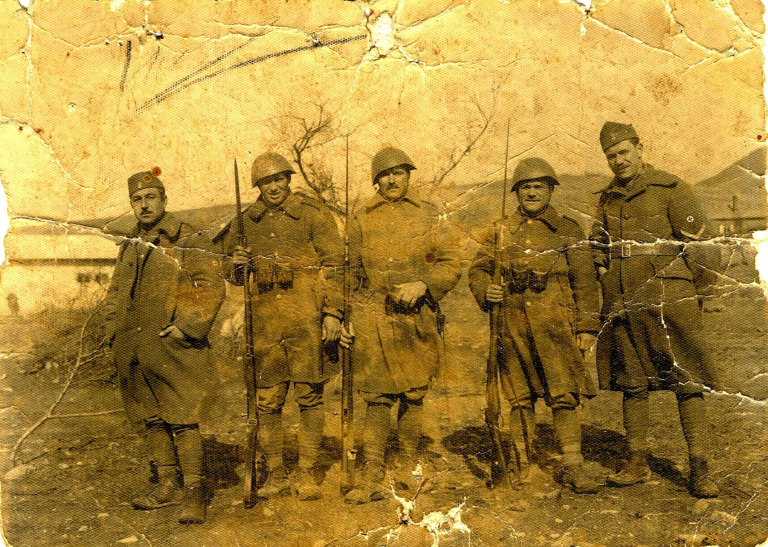 27 Φεβρουαρίου του 1941, Ιερισσιώτες φαντάροι στα βουνά της Αλβανίας. Από αριστερά: Βασίλειος Πασχαλίδης, Γεώργιος Χρυσούλης, Νικόλαος Κατσαντώνης, Στεριανός Τσαμανδάνης, Ιωάννης Τερτυλίνης. Φωτογραφία του Σ. Τσαμανδάνη.
