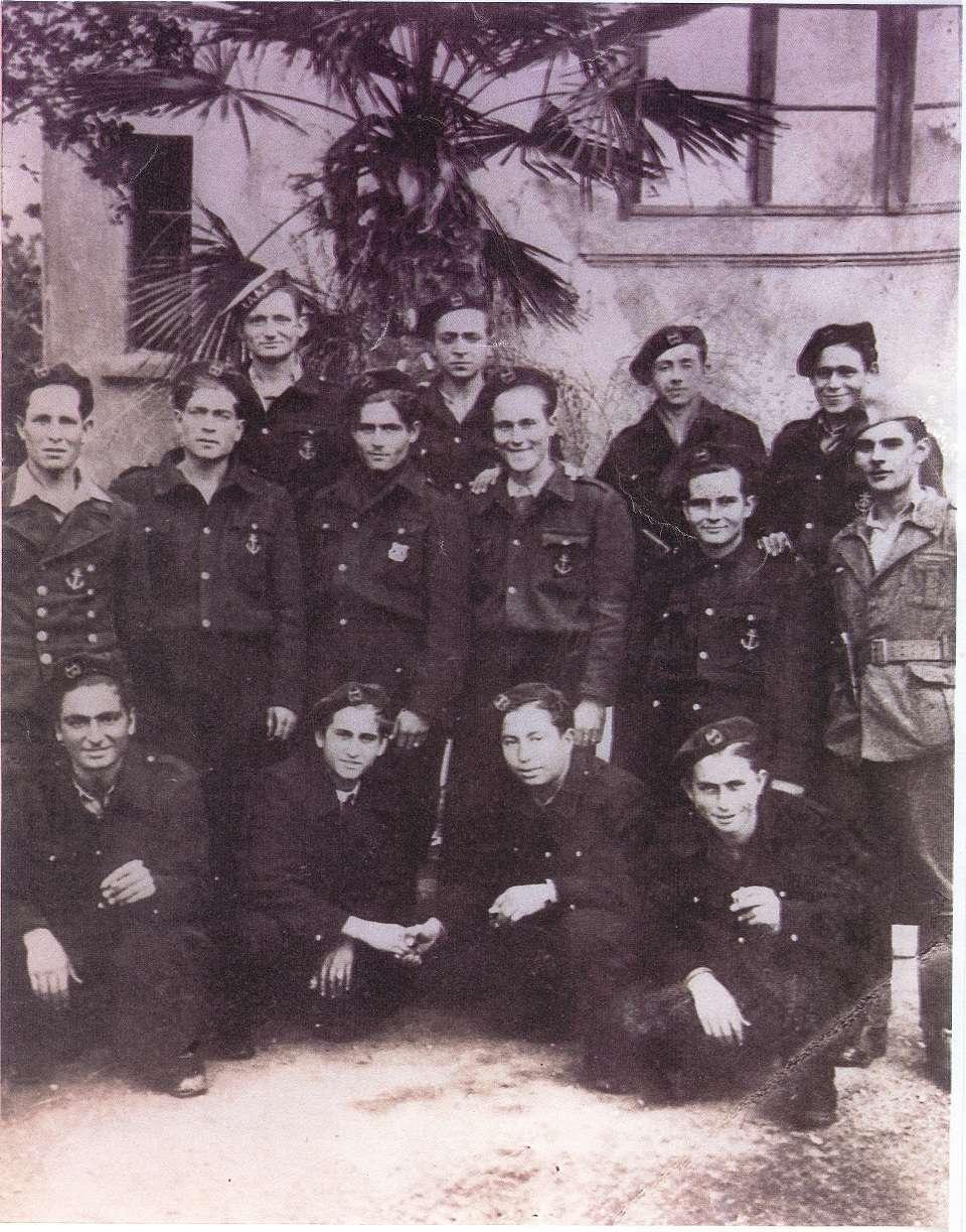 Ιερισσιώτες Ελανίτες στα Νέα Μουδανιά τον Οκτώβριο του 1944. Όρθιοι από αριστερά: Χρήστος Ψέμμας, Στυλιανός Μπίκας, Στυλιανός Ψέμμας, Αριστείδης Γιώργου, Χρήστος Χαλέβας, Αλέκος Χασάπης, Βασίλης Παντελιάδης, Βασίλης Σταθάκος, Στέργιος Κόνσουλας, Αργύρης Μητρόπουλος. Καθιστοί από αριστερά: Θεόδωρος Γκατζώνης, Στέλιος Βεργίνης, Βασίλης Πάππας, Κώστας Σουλτάνης [ Φωτογραφία της Σ. Γιώργου & Ν. Μητρόπουλου]
