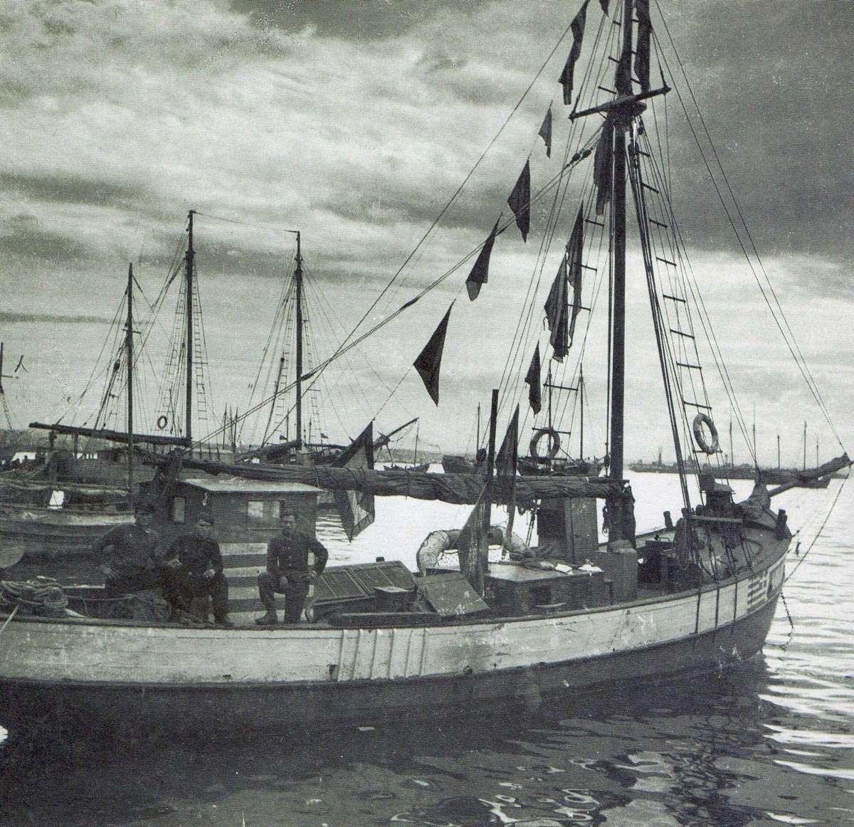Σημαιοστολισμένο καΐκι του ΕΛΑΝ στο λιμάνι της Θεσσαλονίκης. Στις 30 Οκτωβρίου του 1944, 12 εξοπλισμένα σκάφη του ΕΛΑΝ Ιερισσού και πολλά βοηθητικά, σημαιοστολισμένα, μπαίνουν στο ελεύθερο (μετά την αποχώρηση των Γερμανών) λιμάνι της Θεσσαλονίκης. Σπύρος Μελετζής, «Με τους αντάρτες στα βουνά», σ. 274.