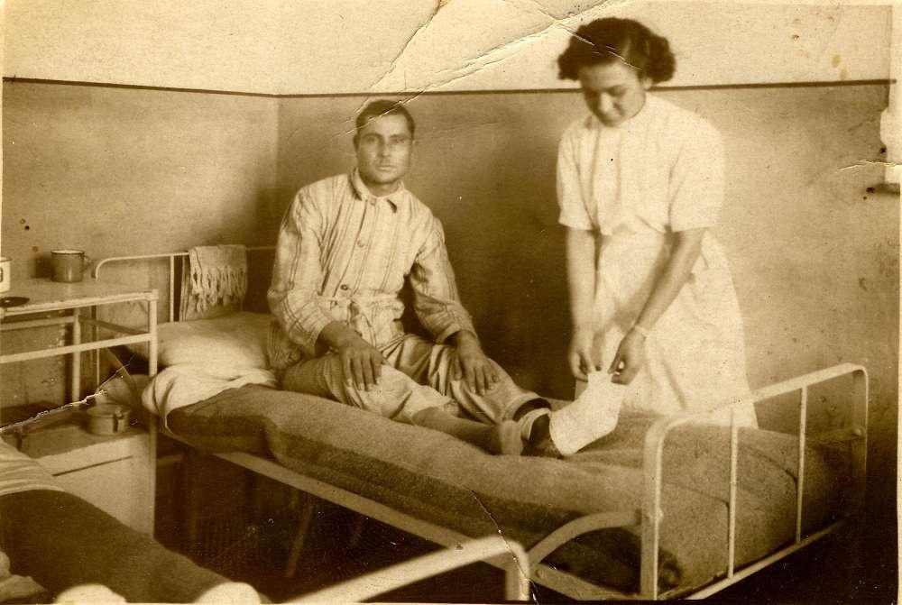 1941, Ο Δημήτριος Κοντός λίγες μέρες πριν αφήσει την τελευταία του πνοή στο Σ. Ν. Θεσ/κης από κρυοπαγήματα που υπέστη στο μέτωπο. [Φωτογραφία της Δ. Κοντού- Μήτρου]