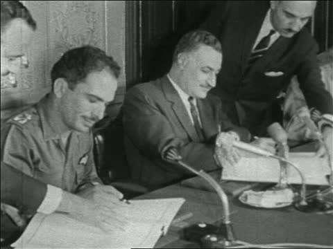 Nasser και βασιλιάς Hussein της Ιορδανίας υπογράφουν την συμμαχία των δυο κρατών τους.