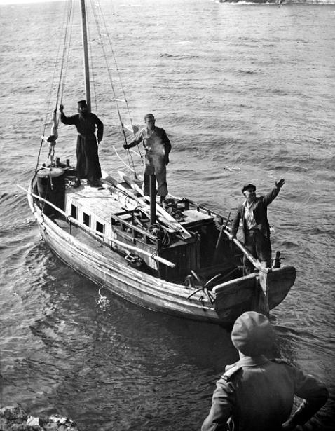 Τον Νοέμβριο του 1944 αντιπροσωπεία 3 Νεοζηλανδών στρατιωτικών επισκέφτηκε επίσημα το Άγιο Όρος και τους γύρω από αυτό οικισμούς για να αποδώσει εύφημη μνεία για τη περίθαλψη και διάσωση εκατοντάδων συμμάχων από τους Γερμανούς. Στη φωτογραφία διακρίνεται ένας από τους Νεοζηλανδούς αξιωματικούς (με την πλάτη στη φωτογραφία) στο Άγιο Όρος τον Νοέμβριο του 1944. Νοεμ. 1944, από τον ΝΖ W. G. McClymont (Photos Ref: PAColl- 4161- 01- 102) Εθν. Βιβλ. ΝΖ.