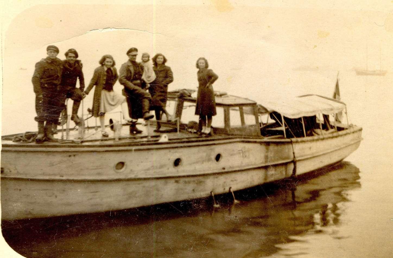 1944, σκάφος του ΕΛΑΝ. Διακρίνεται ο καπετάν Μιλτιάδης ο Σοφιανός (με το μωρό στην αγκαλιά), δύο ακόμα Ελανίτες και κοπέλες. [Φωτογραφία της Μ. Σοφιανού]
