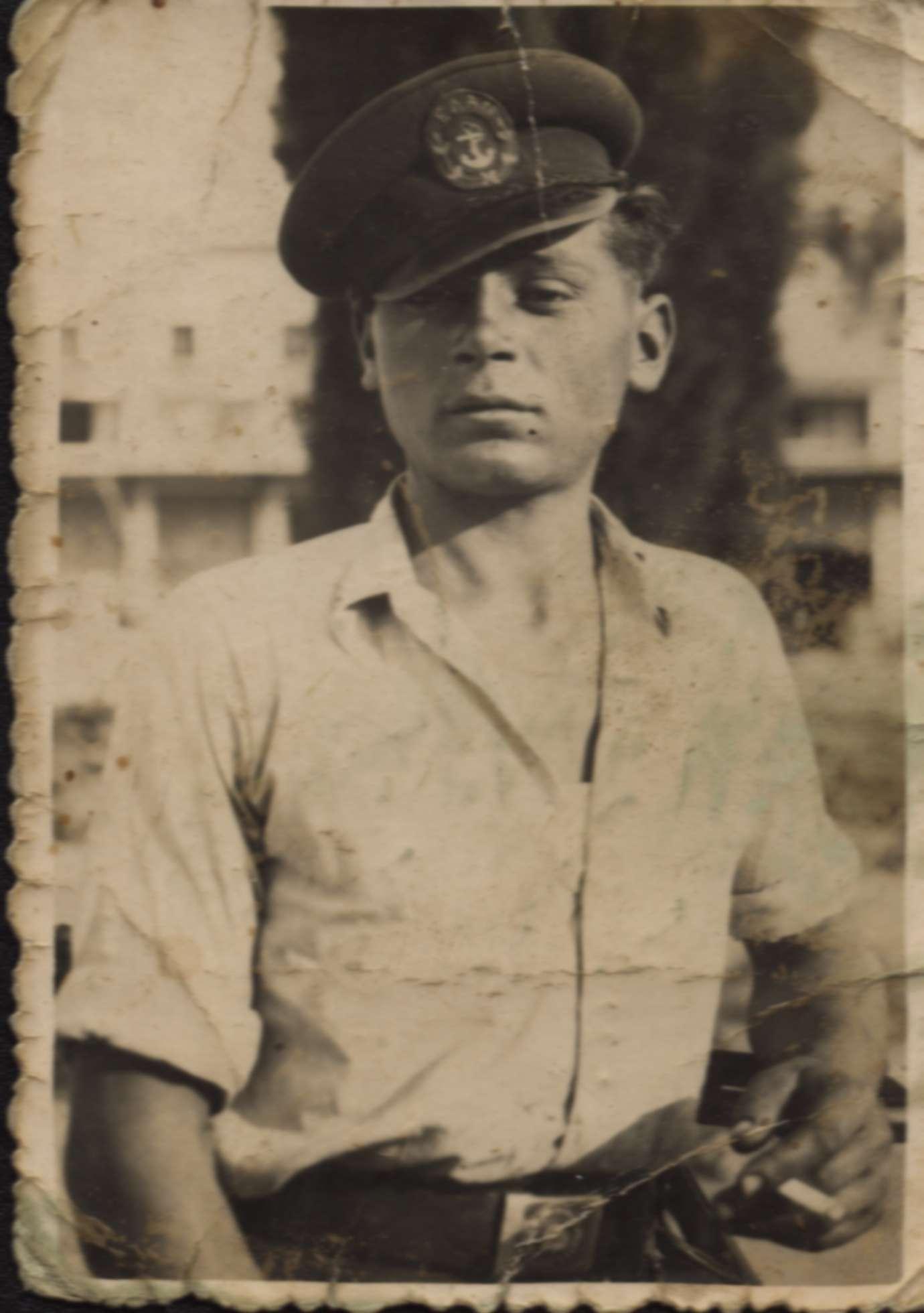 1944. Ο Ιερισσιώτης Ελανίτης Κων/νος Α. Ματζώνας,(ή Μπούρμπουλας), με πηλίκιο του ΕΛΑΝ. Φωτογραφία του Ν. Χαμαϊδού.