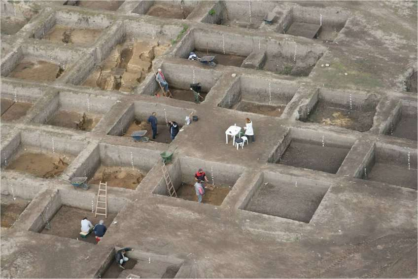 Η ανασκαφή που διενεργήθηκε στο Κλείτος Κοζάνης, από την αρχαιολόγο Χριστίνα Ζιώτα, ανέδειξε έναν τεράστιο αρχαιολογικό χώρο, έκτασης περίπου 40 στρεμμάτων, και αποκάλυψε οικοδομικά λείψανα δύο προϊστορικών οικισμών της Υστερης και της Τελικής Νεολιθικής, τέλη 6ης και αρχές 5ης χιλιετίας π.Χ.