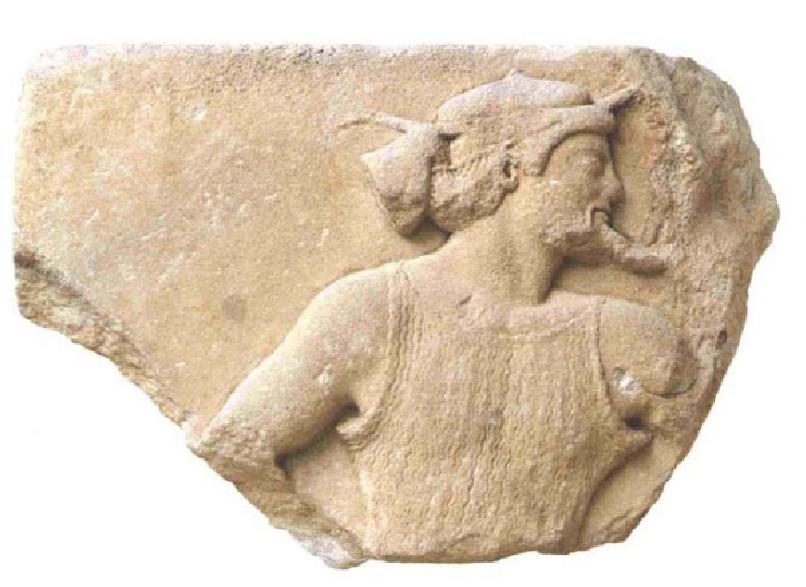 Τμήμα ανάγλυφης πλάκας από τη ζωφόρο του Αρχαίου Ναού με παράσταση του Ερμή. Μουσείο της Ακρόπολης, Αθήνα.