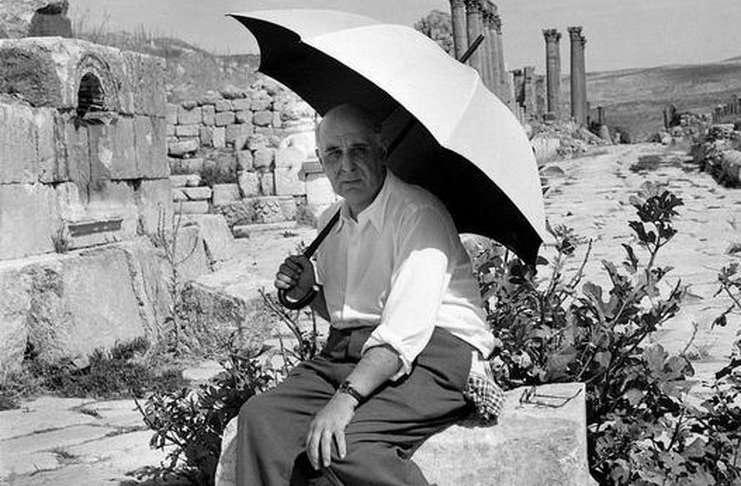 Ο Γιώργος Σεφέρης (Βουρλά, Σμύρνη, 13 Μαρτίου 1900 – Αθήνα, 20 Σεπτεμβρίου 1971) ήταν Έλληνας διπλωμάτης και ποιητής και ο πρώτος Έλληνας που τιμήθηκε με βραβείο Νόμπελ.