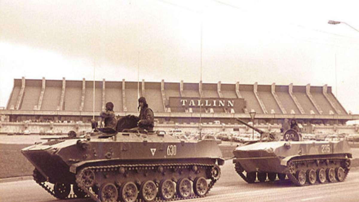 Στις 19 Αυγούστου 1991 ξέσπασε το πραξικόπημα στη Σοβιετική Ενωση, που είχε οργανωθεί από μία ομάδα ανώτατων στελεχών της κυβέρνησης, του κομματικού και κρατικού μηχανισμού. Οι πραξικοπηματίες σκόπευαν να αντικαταστήσουν τον πρόεδρο Μιχαήλ Γκορμπατσόφ και ν' αναλάβουν οι ίδιοι τα ηνία της χώρας.