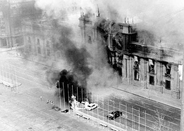 Το προεδρικό μέγαρο λίγο μετά τον βομβαρδισμό από τον δικτάτορα Πινοσέτ(11/9/2073)