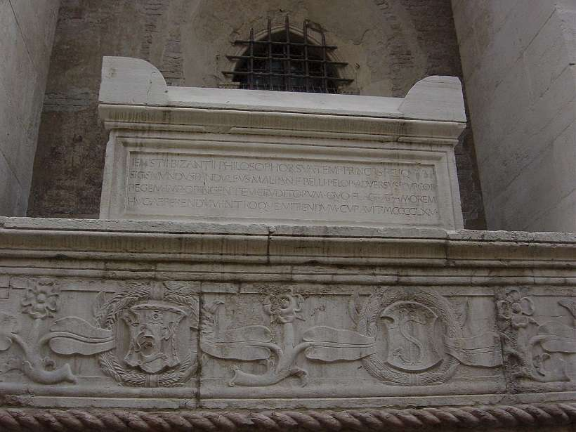 Ο τάφος του Πλήθωνα στο Ναό των Μαλατέστα στο Ρίμινι (φωτ.: Giovanni Dall'Orto)