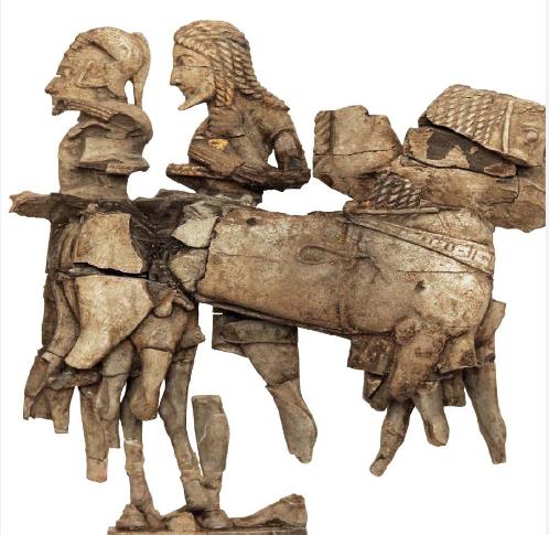 Θραύσματα ανάγλυφης παράστασης σκαλισμένης σε ελεφαντόδοντο. Αρχαιολογικό Μουσείο Δελφών