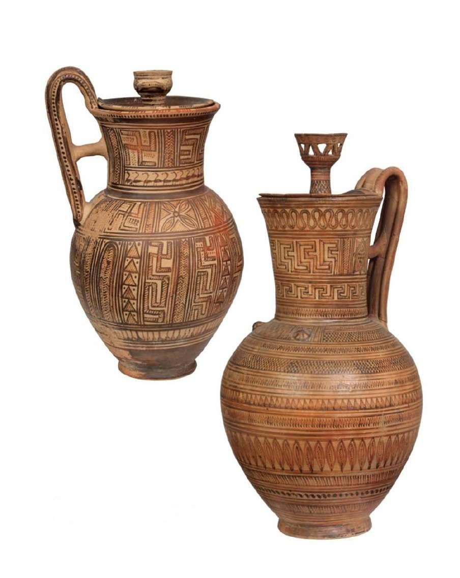 Δύο γεωμετρικές οινοχόες αττικού εργαστηρίου με πώματα των οποίων οι λαβές είναι από την μια ένα σκυφίδιο και στην άλλη ένα καλαθόσχημο αγγείο. 735-720 π.Χ. Εθνικό Αρχαιολογικό Μουσείο, Αθήνα.