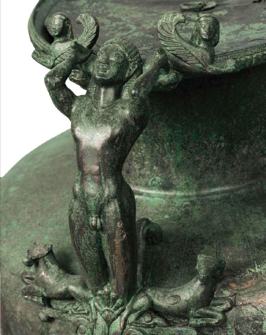 Χάλκινη τεφροδόχος υδρία (κάλπις), λεπτομέρεια. Βρέθηκε στο Παλαιογαρδίκι Τρικάλων. Κορινθιακού εργαστηρίου, 540-530 π.Χ. Εθνικό Αρχαιολογικό Μουσείο. Αθήνα.