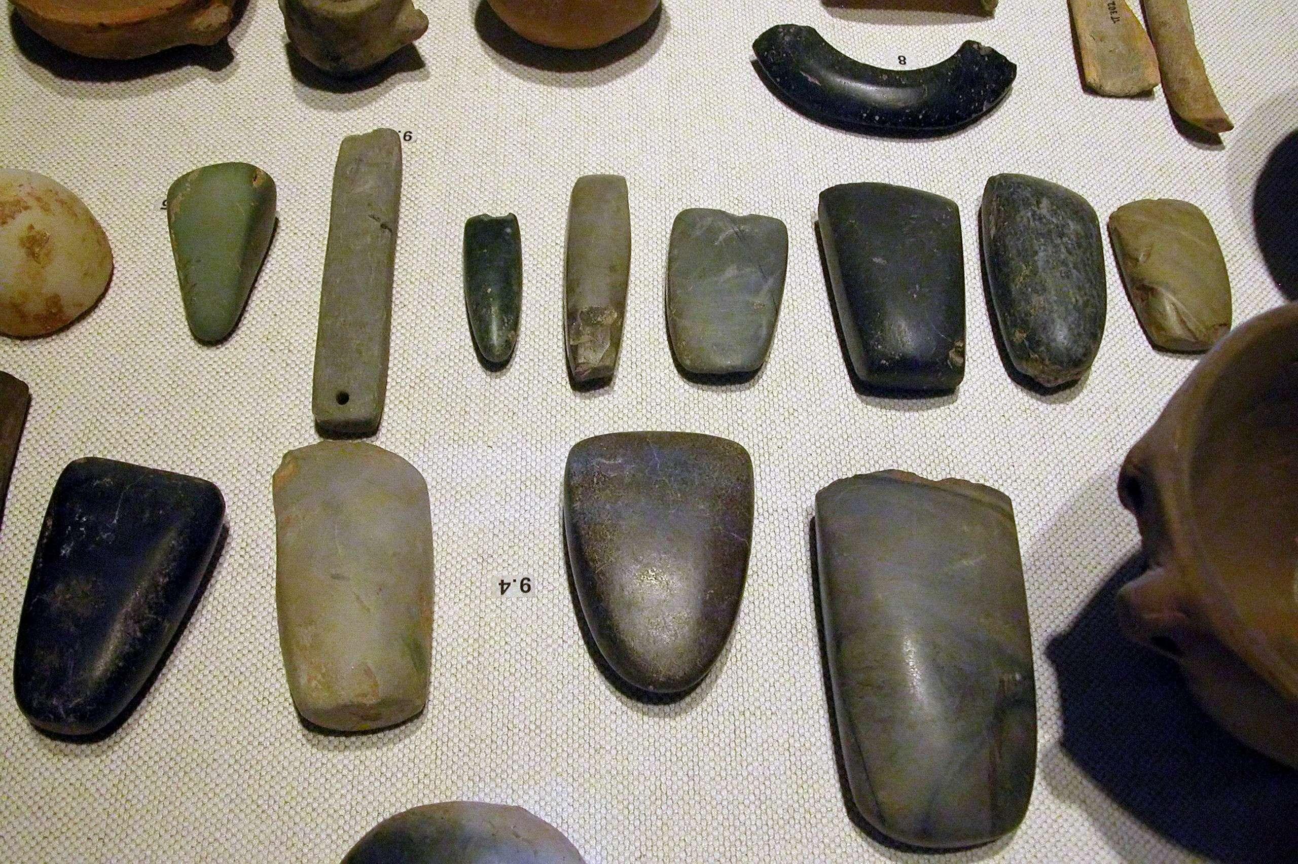 Σειρά νεολιθικών αντικειμένων, όπως βραχιόλια, κεφάλια τσεκουριών, σμίλες και εργαλεία λείανσης. Τα νεολιθικά λίθινα αντικείμενα είναι εξ ορισμού γυαλισμένα και, εκτός από ειδικά τεμάχια, απελέκητα.