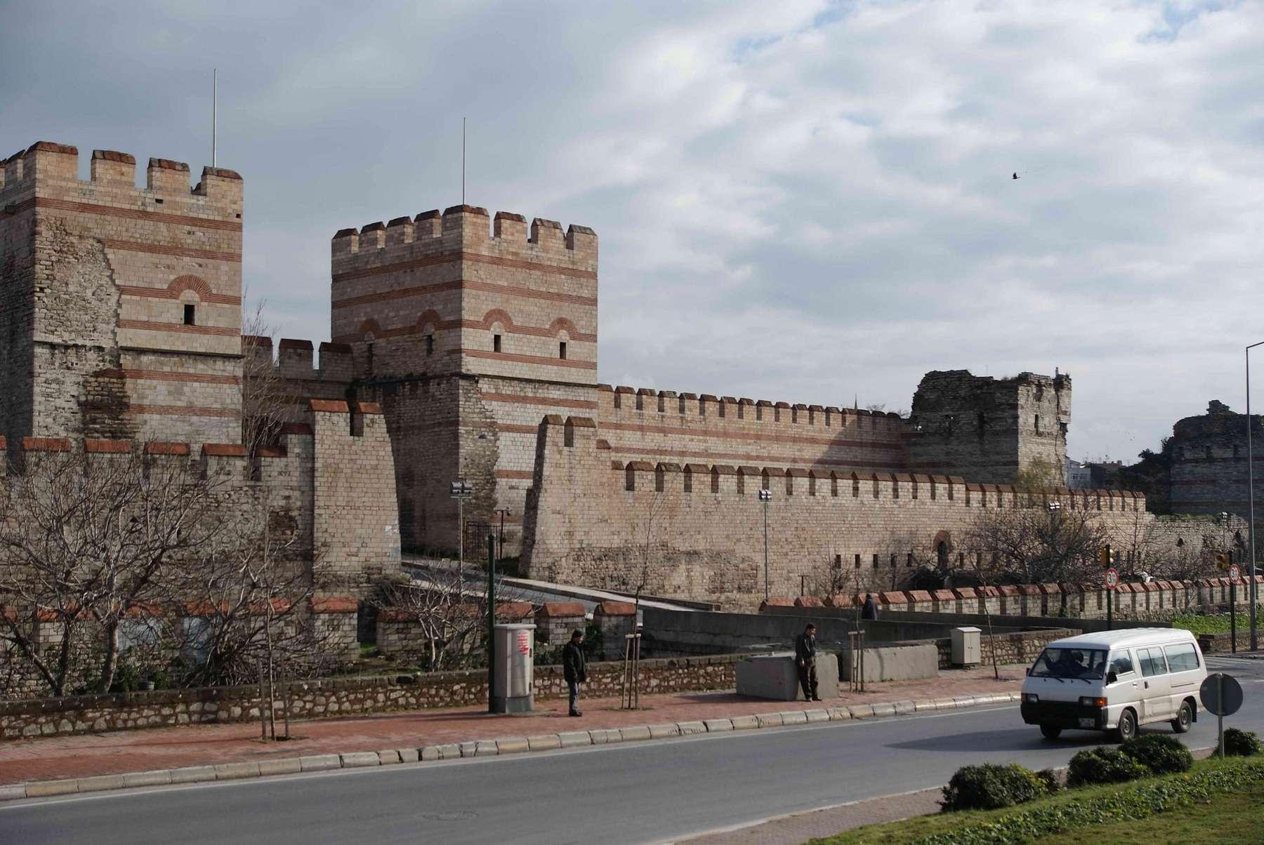 Οχυρωματικά τείχη της Κωνσταντινούπολης όπως σώζονται σήμερα.