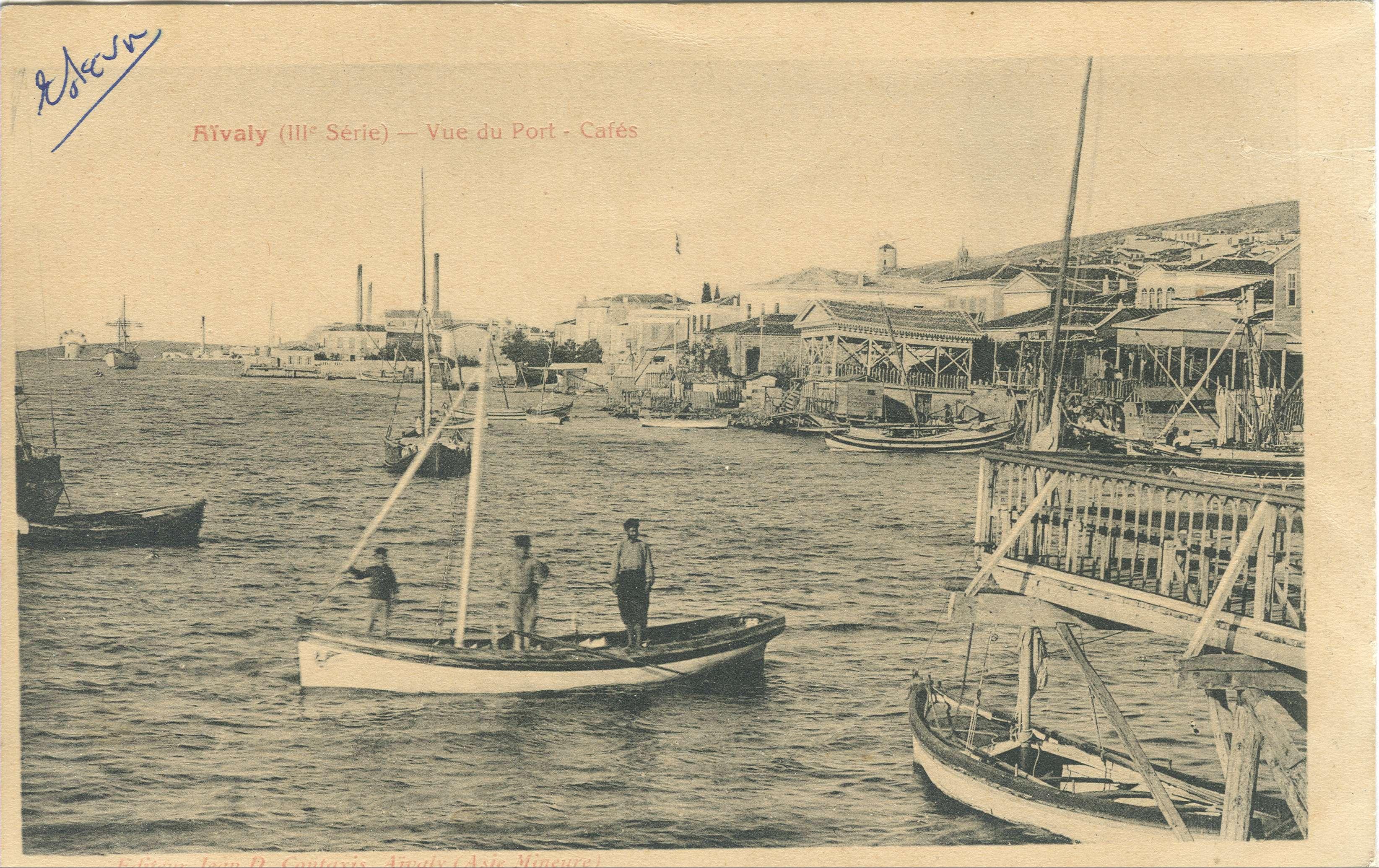Αϊβαλί (Κυδωνιές). Το λιμάνι και η παραλία με τα καφενεία, ευχετήρια κάρτα 1910-20. Με τη συνθήκη της Λωζάννης και την Ανταλλαγή των πληθυσμών οι Τουρκοκρητικοί εκπατρίστηκαν και εγκαταστάθηκαν κυρίως στο Αϊβαλί της Μ. Ασίας.