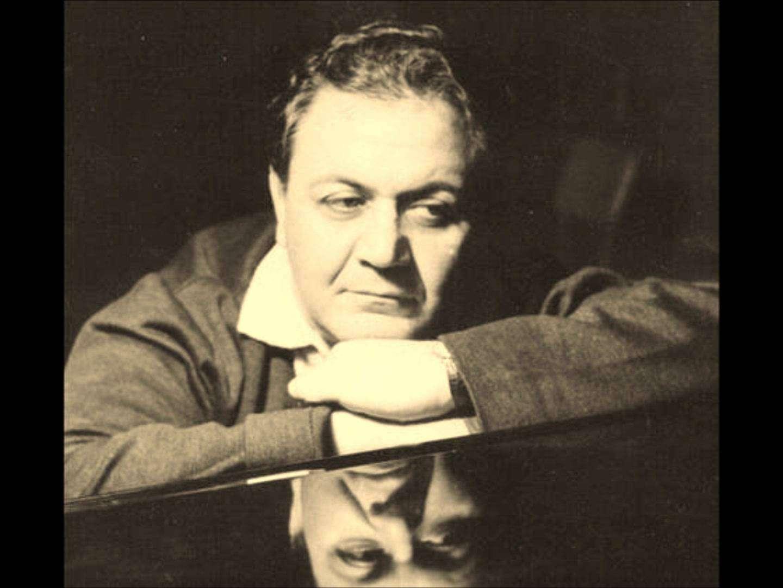 Ο Εμμανουήλ (Μάνος) Χατζιδάκις (Ξάνθη, 23 Οκτωβρίου 1925 – Αθήνα, 15 Ιουνίου 1994) ήταν κορυφαίος Έλληνας συνθέτης και ποιητής. Θεωρείται ο πρώτος που συνέδεσε με το έργο του, θεωρητικό και συνθετικό, τη λόγια μουσική με τη λαϊκή μουσική παράδοση. Πολλά από τα εκατοντάδες έργα του αναγνωρίζονται σήμερα ως κλασικά.