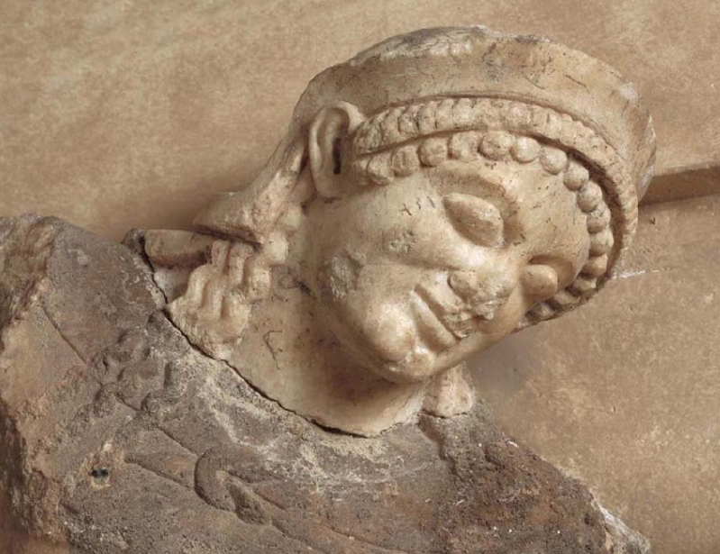 Μετόπη της νότιας πλευράς του θησαυρού των Αθηναίων. Η συμπλοκή του Θησέα και της Αμαζόνας· λεπτομέρεια από το κεφάλι του Θησέα. 490 π.Χ. Αρχαιολογικό Μουσείο Δελφών.