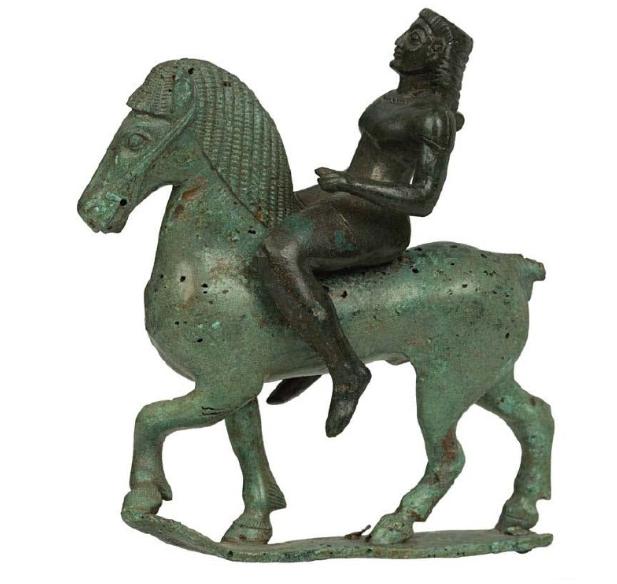 Χάλκινο ειδώλιο ιππέα από τη Δωδώνη. 575-550 π. Χ. Εθνικό Αρχαιολογικό Μουσείο. Αθήνα.