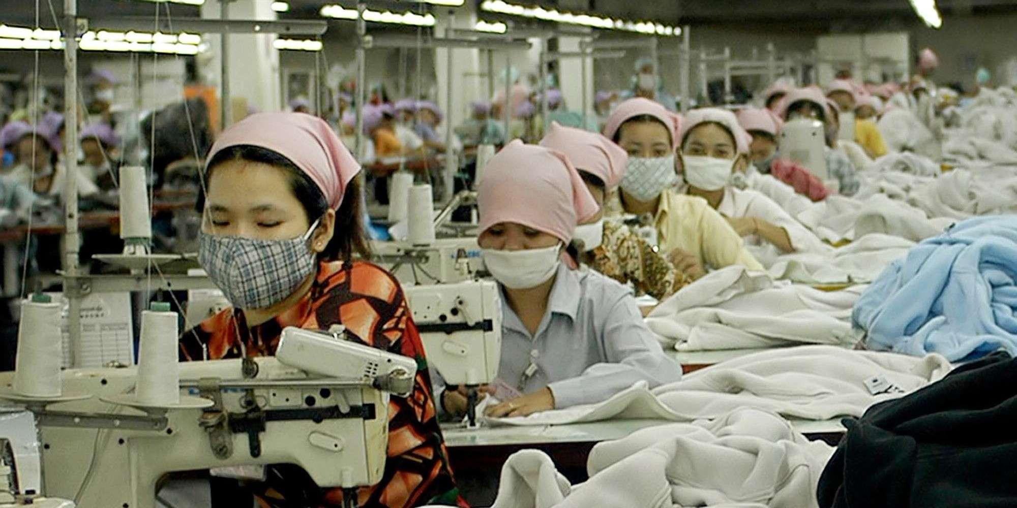 Η αποικιοκρατία έχει πλέον αλλάξει μορφή. Οι σύγχρονοι δούλοι είναι οι άνθρωποι που «εργάζονται» στα εργοστάσια κάτεργα της πολυεθνικής παραγωγής.