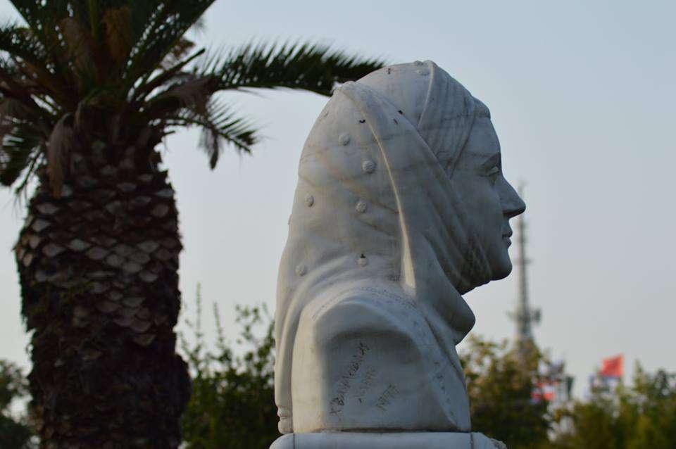 Σοφία Βέμπο. Γλύπτης: Χατζηβασιλειάδης Χάρης, 1997.